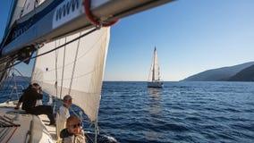 Sjömän deltar i den 16th Ellada för seglingregatta hösten 2016 bland den grekiska ögruppen i det Aegean havet Royaltyfria Bilder