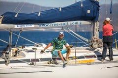Sjömän deltar i den 16th Ellada för seglingregatta hösten 2016 bland den grekiska ögruppen i det Aegean havet Royaltyfria Foton