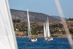 Sjömän deltar i den 16th Ellada för seglingregatta hösten 2016 bland den grekiska ögruppen i det Aegean havet Arkivbilder