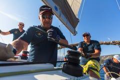 Sjömän deltar i den 16th Ellada för seglingregatta hösten 2016 bland den grekiska ögruppen i det Aegean havet Royaltyfri Fotografi