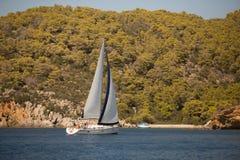 Sjömän deltar i seglingregatta 16th Ellada Royaltyfri Foto