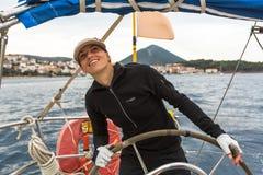 Sjömän deltar i seglingregatta 12th Ellada Autumn-2014 på det Aegean havet Arkivbilder