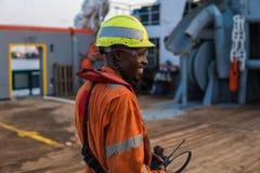Sjöman AB eller Bosun på däck av den frånlands- skytteln eller skeppet, bärande PPE Royaltyfria Bilder
