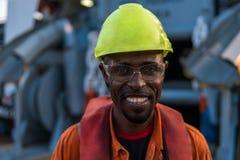 Sjöman AB eller Bosun på däck av skytteln eller skeppet, bärande PPE Royaltyfria Bilder