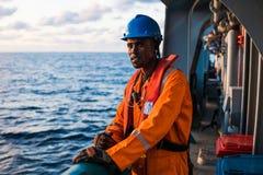 Sjöman AB eller Bosun på däck av skytteln eller skeppet, bärande PPE Royaltyfria Foton