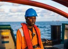 Sjöman AB eller Bosun på däck av skytteln eller skeppet, bärande PPE Royaltyfri Foto