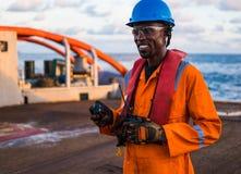 Sjöman AB eller Bosun på däck av skytteln eller skeppet, bärande PPE Arkivfoton