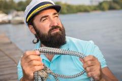 Sjömannen binder upp fnuren royaltyfri foto