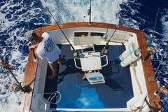 Sjömannen får klara rullar och stänger för modigt fiske på havet nära St Denis, Reunion Island Arkivbild