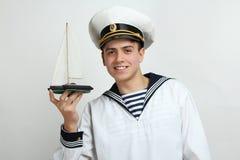 Sjömannen rymmer ett dekorativt skepp fotografering för bildbyråer