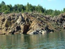 Sjön är i ett stenvillebråd Royaltyfria Bilder