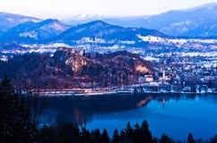 Sjön blödde med omgeende landskap av slovenian fjällängar Fotografering för Bildbyråer