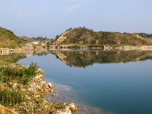 Sjön bland vaggar Arkivfoto