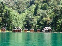 Sjön förlägga i barack byn, Khao Sok Arkivbild