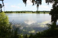 Sjön, himlen och molnet Arkivbilder