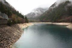 Sjön i berg Arkivfoto
