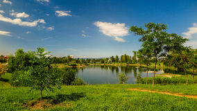 Sjön i det bostads- området Drujba i Sofia Bulgariendel 1 Arkivfoto