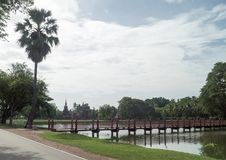 Sjön i det historiskt parkerar i sukhothai Arkivfoto
