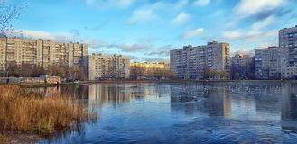Sjön i ett litet parkerar i staden i ett modernt bostadsområde arkivfoto