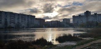 Sjön i ett litet parkerar i staden i ett modernt bostadsområde royaltyfri fotografi