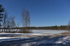 Sjön i Karelia täckte med snö och is Fotografering för Bildbyråer