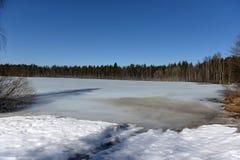 Sjön i Karelia täckte med snö och is Royaltyfri Bild