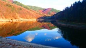 Sjön i nedgånghimmel reflekterade på vattenyttersidan Royaltyfri Bild