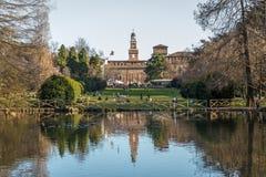 Sjön i Sempione parkerar i den historiska mitten av Milan nära den Sforza slotten, Italien royaltyfria foton