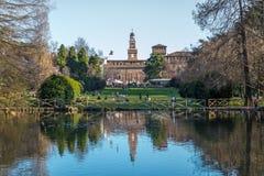 Sjön i Sempione parkerar i den historiska mitten av staden nära väggarna av den Sforza slotten, Milan, Italien arkivfoton