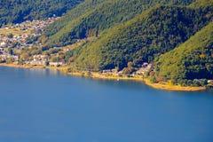 Sjön kawaguchi och staden som beskådas från Kawaguchiko Tenjoyama, parkerar Mt Kachi Kachi Ropeway, Kawaguchigo, Japan Arkivbilder