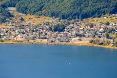 Sjön kawaguchi och staden som beskådas från Kawaguchiko Tenjoyama, parkerar Mt Kachi Kachi Ropeway, Kawaguchigo, Japan Royaltyfri Bild