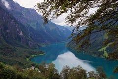 Sjön Klöntalersee i schweiziska fjällängar som sett från Schwammhöhe Royaltyfri Bild