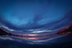 Sjön maler i Bucharest, Rumänien på den blåa timmen efter solnedgång Arkivfoton