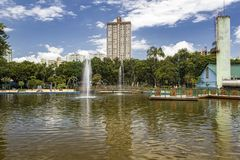Sjön med springbrunnen parkerar in Santos Dumont, Sao Jose Dos Campos, Brasilien Royaltyfri Foto