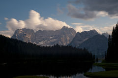 Sjön Misurina och Sorapiss monterar på solnedgången, Dolomites, Italien Royaltyfri Foto
