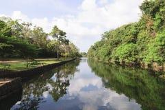 Sjön nära Sigiriyaen vaggar Royaltyfria Bilder