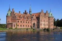 Sjön och slotten Egeskov i Danmark i sommaren royaltyfria bilder