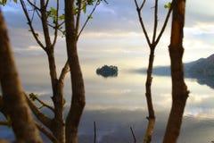 Sjön på solnedgången Arkivfoton