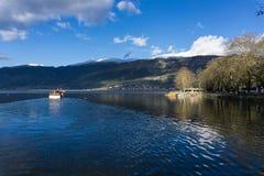 Sjön Pamvotida eller Pamvotis sjön av Ioannina är gemensamt också den största sjön av Epirus, royaltyfri foto