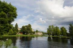 Sjön runt om den gamla slotten Olavinlinna Arkivbild