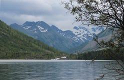 Sjön som är hög i de Altai bergen, reser ytterlighet Arkivfoton
