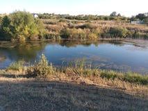 Sjön som är liten, berget, vatten, sommar, naturen, gräsplan, himmel, ventspils, bakgrund, landskapet, reflexionen, dagen, blått  royaltyfria bilder
