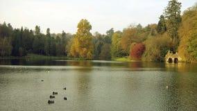 Sjön Stourhead arbeta i trädgården, Wiltshire, England Arkivbild