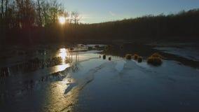 Sjön täckas med is på solnedgången, stock video
