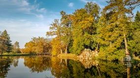 Sjön under höst i Lednice parkerar arkivfoto