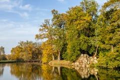 Sjön under höst i Lednice parkerar, Tjeckien royaltyfria foton