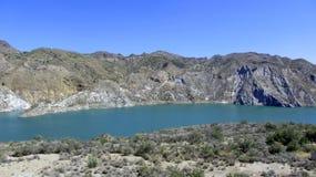 Sjön upp i bergen royaltyfria bilder