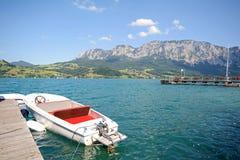 SjöområdesSalzburger land Österrike: Sikt över sjön Attersee - österrikiska fjällängar arkivfoton