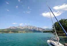 SjöområdesSalzburger land Österrike: Sikt över sjön Attersee - österrikiska fjällängar royaltyfri foto