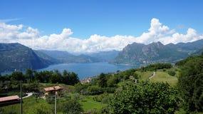 Sjöpanorama från `-Monte Isola `, italiensk liggande Ö på laken Sikt från ön Monte Isola på sjön Iseo, Italien arkivbilder